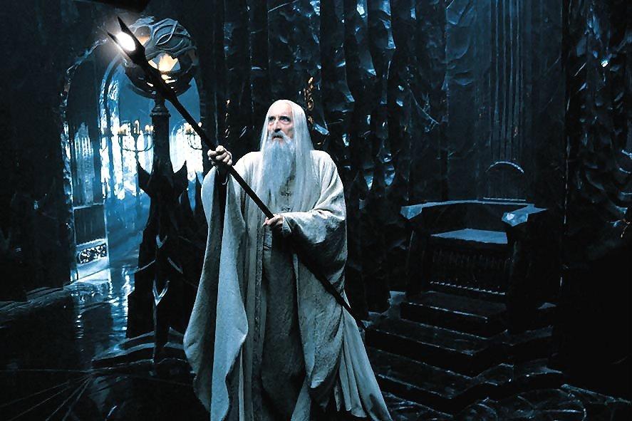 Saruman dentro de Orthanc com seu cetro