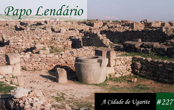 Vitrine do Papo Lendário 227 com uma foto das ruínas da antiga cidade de Ugarite, escavadas em Ras Shamra